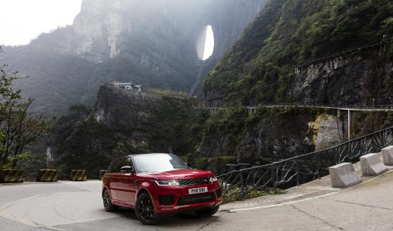 Le Range Rover Sport hybride gravit les 999 marches du paradis